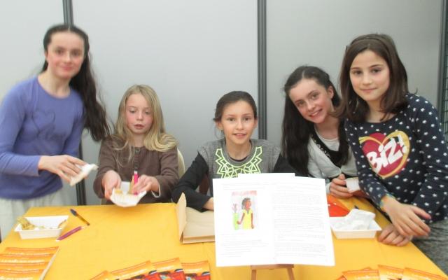 Les enfants de l'atelier d'écriture en temps périscolaire, montrent leur livre au public
